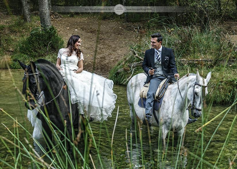 Fotos de boda de novios a caballo