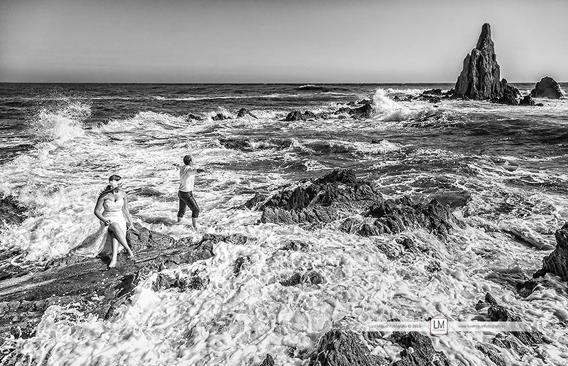 Fotógrafos boda Jódar fotografías de post-boda en la playa de almería