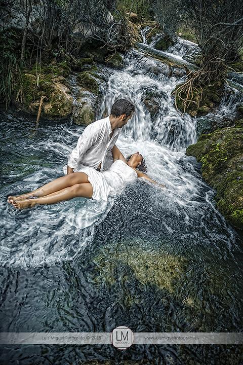 Fotos de novios atrevidas de fotógrafos en jaén. Fotos de boda en el agua.