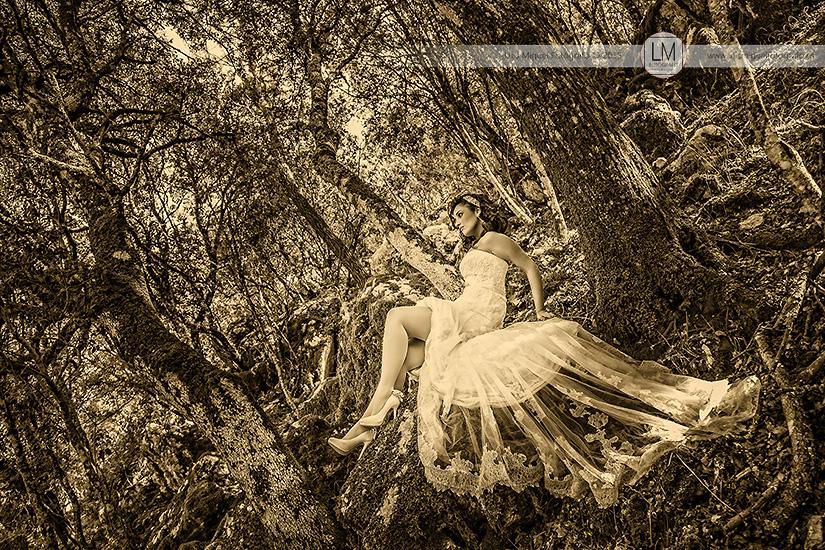 Fotos de novios atrevidas de fotógrafos en jaén. Fotos de boda en la Sierra.