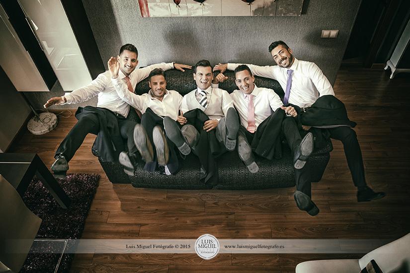 Fotografía divertida del novio con amigos en su casa en linares