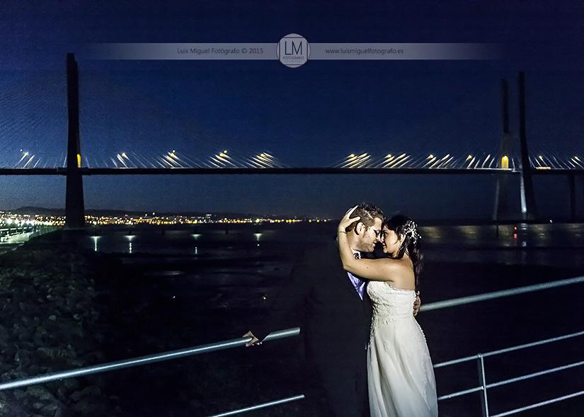 Fotografía de boda en Lisboa con el puente Vasco da Gama. Fotógrafo de bodas Linares