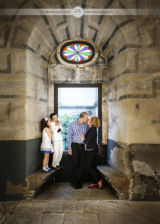 Fotos divertidas en Úbeda  de niño de comunión con familia  de Torreperogil