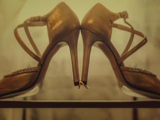 Detalle de los zapatos de novia y los anillos