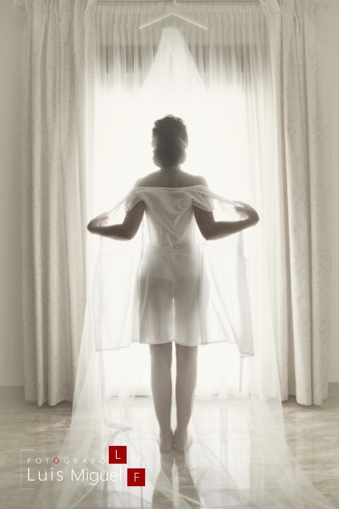 Novia atrevida en lencería de boda