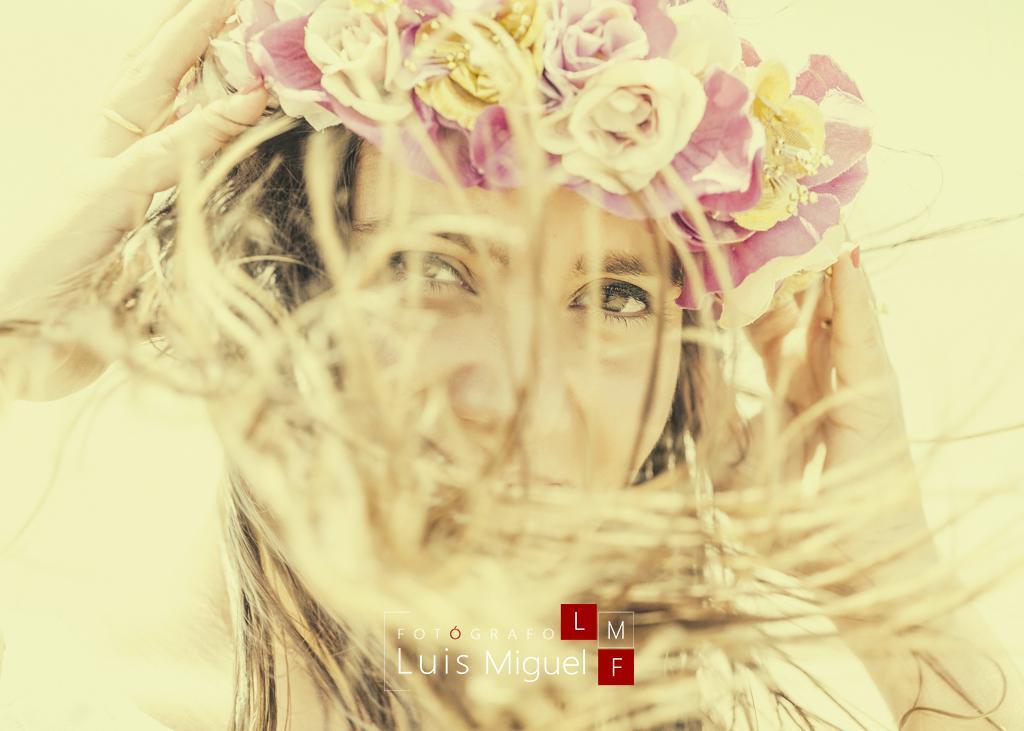 Foto de novia con el pelo al viento en post-boda