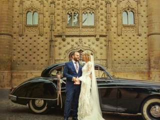 Bodas en Baeza novios con coche antiguo en el palacio de Jabalquinto