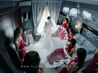Damas de honor ayudando a la novia antes de la boda