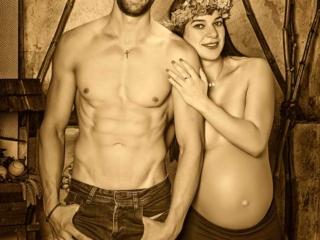 Foto atrevida de embarazada con su pareja