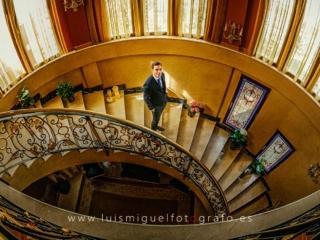 Foto de novio de Albacete espectacular en la escalera de su casa