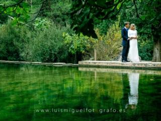 Foto de postboda bonita en el lago de la sierra