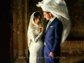 Foto de postboda con novia abrzando al novio con su mantilla