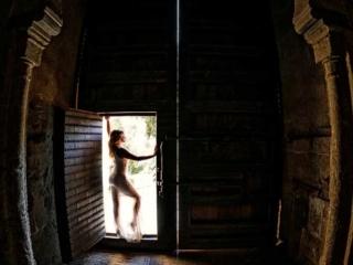 Foto de postboda con novia en la puerta de la alhambra