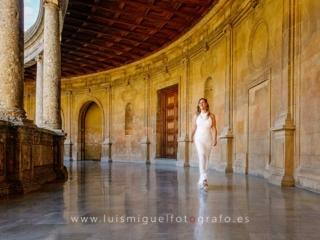Foto de postboda con novia paseando por la Alhambra de Granada