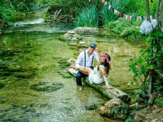 Foto de postboda en la sierra con novios dentro del rio
