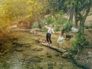 Foto de postboda en la sierra con novios en el agua