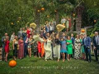 Foto divertida de amigos invitados a la boda en el Hotel Ciudad de Úbeda