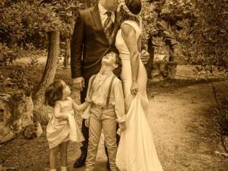 Foto divertida de postboda de novios con sus hijos