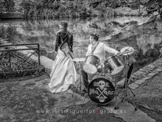 Fotos de boda de novios metaleros con guitarra electrica y bateria