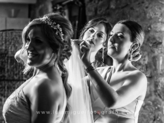Las hermanas de la novia le colocan el velo antes de marchar a la boda