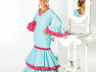 Niña con traje de flamenca