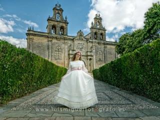 Niña de comunión coon vestido elegante en Úbeda