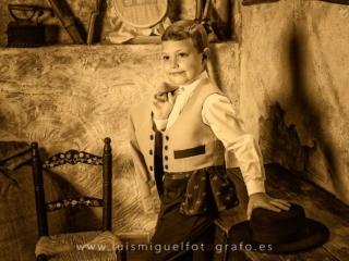Niño vestido de corto con sombrero