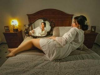 Novia en bata reflejada en espejo antes de la boda