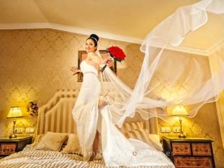 Novia en la habitación del hotel antes de la boda