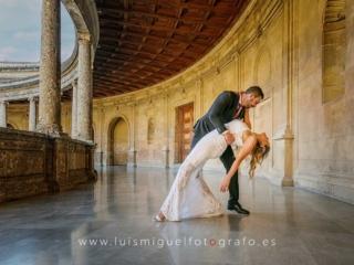 Novios bailando en el palacio de carlos v de la alhambra