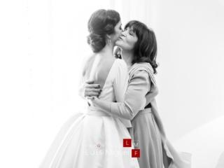 Abrazo emocionado de la madre a la novia
