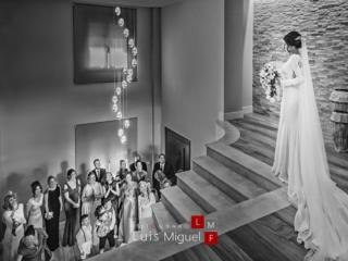 Amigas ,familiares e invitados a la boda se emocionan al ver aparecer a la novia