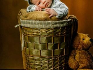 bebé metido en una cesta