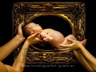 bebe recien nacida sujetada por las manos de papa y mama