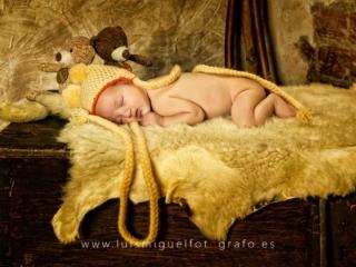 foto de bebe newborn con gorrito de trenzas