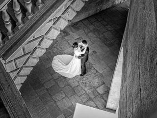 foto de boda con novios abrazados en la alhambra