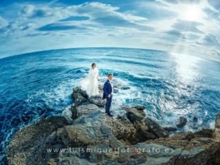 foto de boda con novios junto al mar