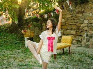 foto de comunión con niña haciendo ballet
