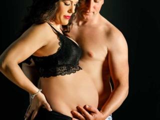 foto de embarazada con pareja acariciando la barriguita