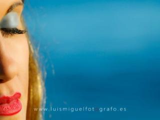 foto de postboda con novia en primer plano sobre el azul del mar