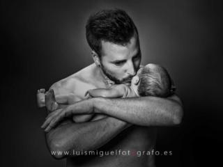 foto newbor de recien nacido con su papa