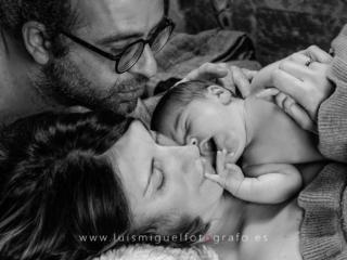 mama y papa con el bebe recien nacido
