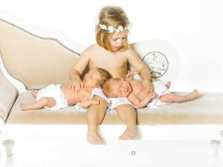 newborn de bebes mellizos recien nacidos con hermanita mayor