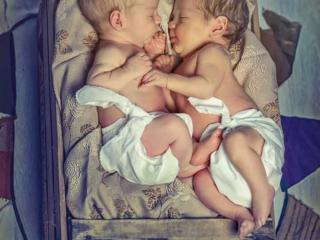 newborn de bebes mellizos recien nacidos en cunita vintage