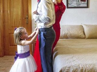 Niña y madrina visten al novio en Linares (Jaén)