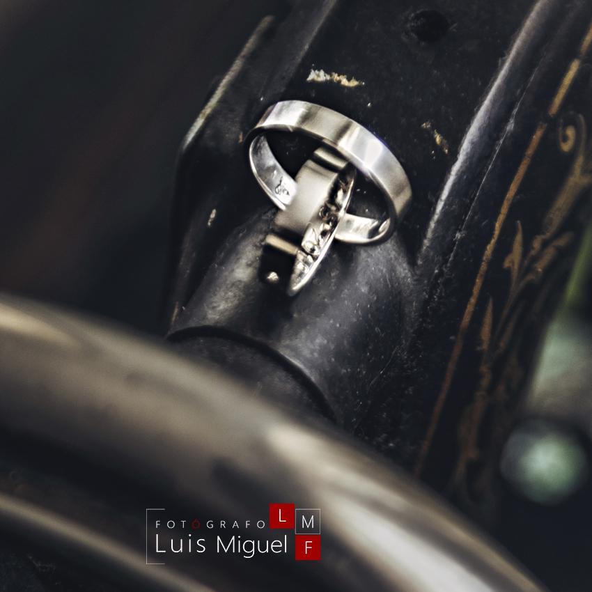 Detalle de los anillos de boda sobre una máquina vintage