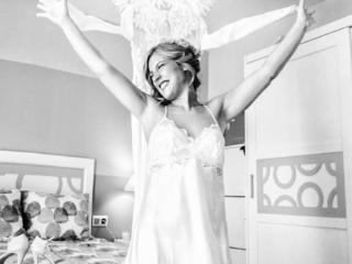 Novia feliz jugando con vestido en su casa antes de la boda