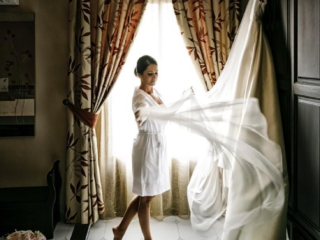 Novia preparando su vestido antes de la boda en Jódar (Jaén)