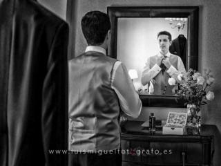 Novio ajustándose el nudo de la corbata en Úbeda (Jaén)
