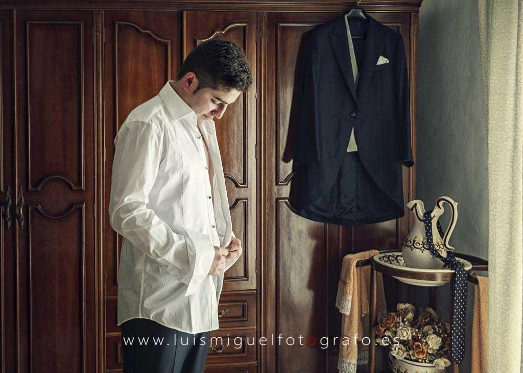 Novio poniéndose la camisa antes de la boda en Villanueva (Jaén)